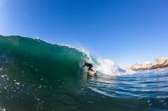 Acción de la onda de agua de la persona que practica surf que practica surf Foto de archivo