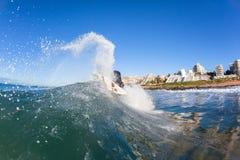 Acción de la onda de agua de la persona que practica surf que practica surf Imágenes de archivo libres de regalías