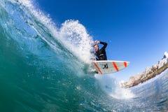 Acción de la onda de agua de la persona que practica surf que practica surf Imagen de archivo