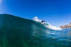 Acción de la onda de agua de la persona que practica surf que practica surf Fotos de archivo libres de regalías