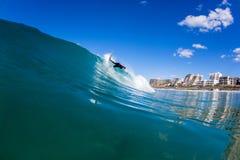Acción de la onda de agua de la persona que practica surf que practica surf Imagen de archivo libre de regalías