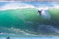 Acción de la onda de las personas que practica surf que practica surf Fotografía de archivo