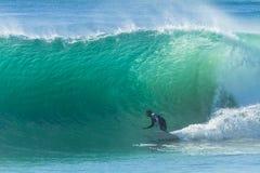 Acción de la onda de las personas que practica surf que practica surf Fotos de archivo