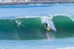 Acción de la persona que practica surf que practica surf Fotografía de archivo