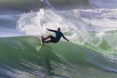Acción de la persona que practica surf que practica surf Foto de archivo libre de regalías