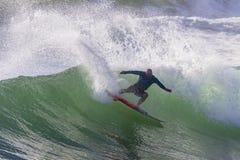 Acción de la persona que practica surf que practica surf Imagen de archivo libre de regalías
