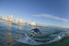 Acción de la persona que practica surf que practica surf Imágenes de archivo libres de regalías