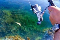 Acción de la pesca en mar Imagenes de archivo