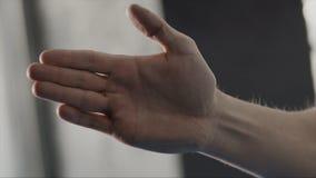 Acción de la postura del hombre en guardia por la palma en el estilo del karate, cierre para arriba existencias Hombre de pie en  foto de archivo