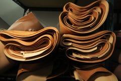 Acción de la selección de cuero marrón/de la acción del cuero en la fabricación de la materia textil Imágenes de archivo libres de regalías