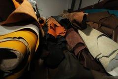 Acción de la selección de cuero marrón/de la acción del cuero en la fabricación de la materia textil Foto de archivo