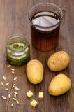 Acción de las patatas, de las nueces de pino, del pesto y de las aves de corral Imágenes de archivo libres de regalías