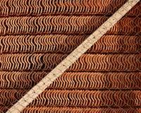 Acción de las tejas de tejado Foto de archivo libre de regalías