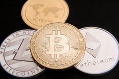 Acción de los bitcoins físicos, del btc, del bitcoin, del ethereum, de los litecoins, del oro y de las monedas de plata, concepto Imagenes de archivo