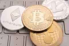 Acción de los bitcoins físicos, del btc, del bitcoin, del ethereum, de los litecoins, del oro y de las monedas de plata, concepto Fotos de archivo libres de regalías