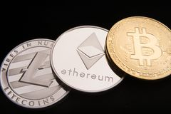 Acción de los bitcoins físicos, del btc, del bitcoin, del ethereum, de los litecoins, del oro y de las monedas de plata, concepto Fotografía de archivo