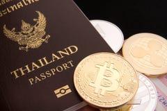 Acción de los bitcoins físicos, del btc, del bitcoin, del ethereum, de los litecoins, del oro y de las monedas de plata, concepto Imagen de archivo