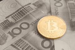Acción de los bitcoins físicos, del btc, del bitcoin, del ethereum, de los litecoins, del oro y de las monedas de plata, concepto Fotografía de archivo libre de regalías