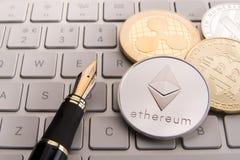 Acción de los bitcoins físicos, del btc, del bitcoin, de la ondulación, del ethereum, de los litecoins, del oro y de las monedas  Fotos de archivo libres de regalías