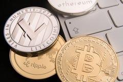Acción de los bitcoins físicos, del btc, del bitcoin, de la ondulación, del ethereum, del oro y de las monedas de plata, concepto Foto de archivo