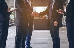 Acción de los hombres de negocios que hacen frente al acuerdo Imagen de archivo libre de regalías