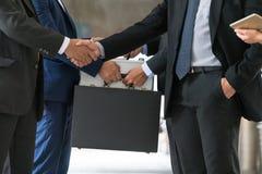 Acción de los hombres de negocios que hacen frente al acuerdo Fotos de archivo