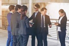Acción de los hombres de negocios que hacen frente al acuerdo Foto de archivo