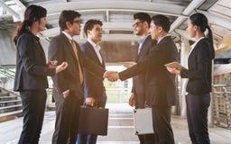 Acción de los hombres de negocios que hacen frente al acuerdo Fotografía de archivo libre de regalías