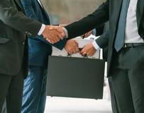 Acción de los hombres de negocios que hacen frente al acuerdo Foto de archivo libre de regalías