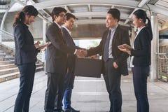 Acción de los hombres de negocios que hacen frente al acuerdo Imagenes de archivo
