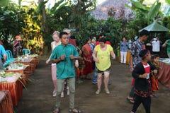Acción de los huérfanos de un cacao, de un café y de una plantación de la especia en el pueblo de Kalibaru en Java Indonesia del  Imagen de archivo libre de regalías