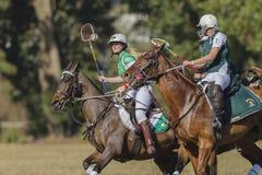 Acción de los jinetes de los caballos del mundial de PoloCrosse Imagen de archivo