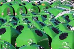 Acción de los nuevos cubos de la basura grandes para reciclar el vidrio Foto de archivo