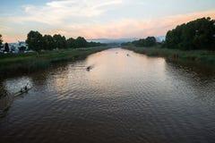 Acción de los rápidos de la raza de la canoa Imágenes de archivo libres de regalías