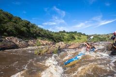 Acción de los rápidos de la raza de la canoa Imagen de archivo