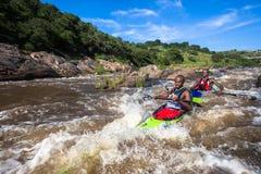 Acción de los rápidos de la raza de la canoa Fotografía de archivo