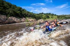 Acción de los rápidos de la raza de la canoa Fotos de archivo