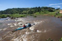 Acción de los rápidos de los Paddlers de la raza de la canoa Foto de archivo libre de regalías