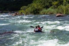 Acción de los rápidos del río de la raza de Dusi de la canoa Imagen de archivo libre de regalías