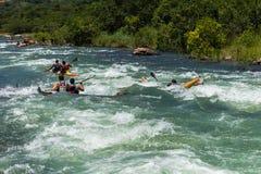 Acción de los rápidos del río de la raza de Dusi de la canoa Fotografía de archivo