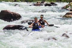 Acción de los rápidos del río de la raza de Dusi de la canoa Fotos de archivo