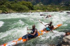 Acción de los rápidos del río de la raza de Dusi de la canoa Imagen de archivo