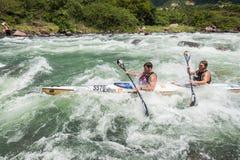 Acción de los rápidos del río de la raza de Dusi de la canoa Foto de archivo