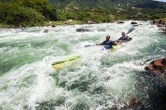 Acción de los rápidos del río de la raza de Dusi de la canoa Imagenes de archivo