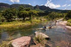 Acción de los rápidos del río de la raza de Dusi de la canoa Foto de archivo libre de regalías