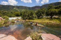 Acción de los rápidos del río de la raza de Dusi de la canoa Imágenes de archivo libres de regalías