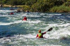 Acción de los rápidos del río de los kajaks Imagenes de archivo