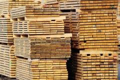 Acción de los tablones de madera en la yarda de la fábrica Imagen de archivo