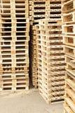 Acción de nuevas plataformas euro de madera en la compañía de transporte Imagen de archivo