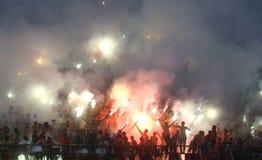Acción de Pasoepati de los partidarios del fútbol mientras que apoya a su equipo preferido Persis Solo Imagen de archivo libre de regalías